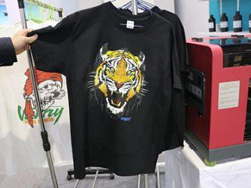 ब्लैक टी शर्ट डिस्प्ले